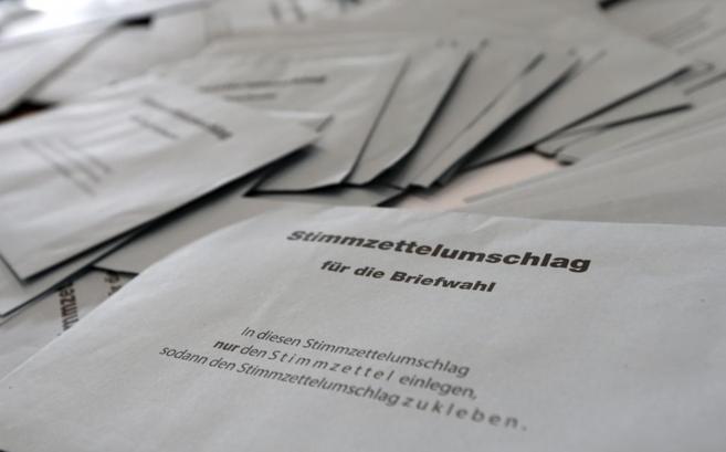 Papeletas de voto tras el cierre de los colegios en Messe (Munich).