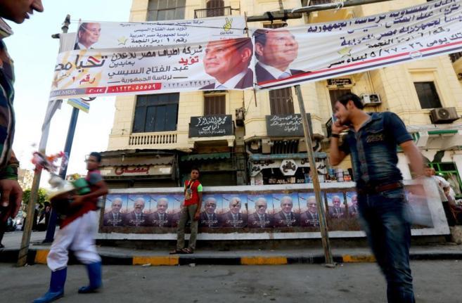 Carteles de Al Sisi (arriba) y de Sabahi (abajo) cerca de un colegio...