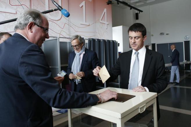 Manuel Valls, primer ministro francés, mientras depositaba su voto en...
