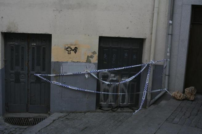 Puerta del cine abandonado por donde entraron al recinto los jóvenes.