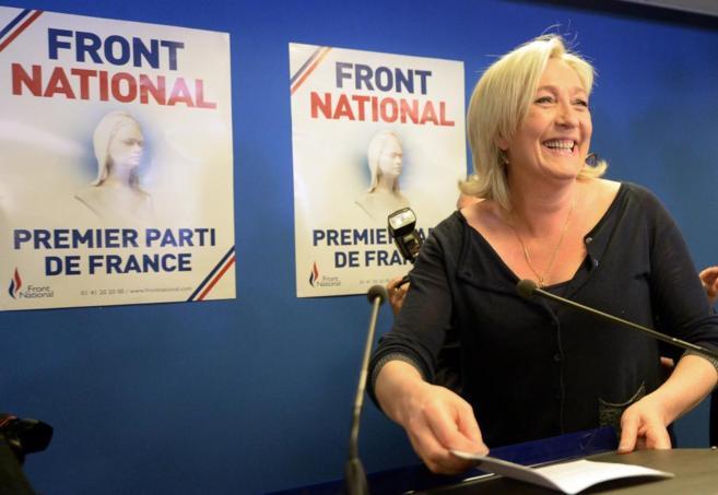 Una eufórica Marine Le Pen, ante la prensa, en sus cuarteles...