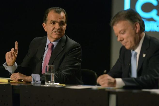 De izquierda a derecha, Oscar Iván Zuluaga y  Juan Manuel Santos, en...
