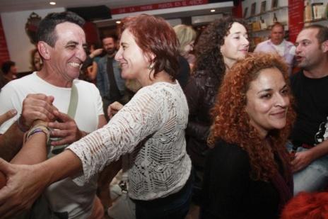 Partidarios de 'Podemos' celebrando los resultados en un bar de Palma.