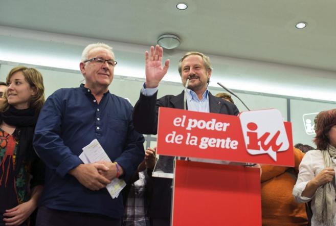 Willy Meyer y Cayo Lara saludan a los militantes tras conocer los...