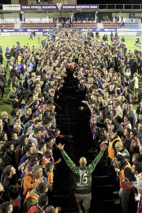 Los aficionados de Ipurua saludan a sus futbolistas.