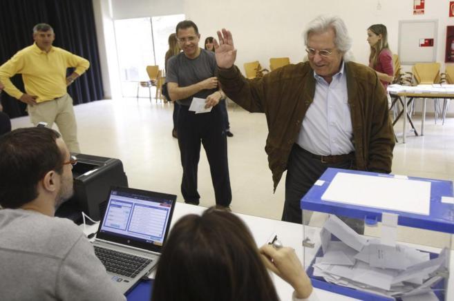 El cabeza de lista de Ciudadanos, Javier Nart, tras depositar su voto...