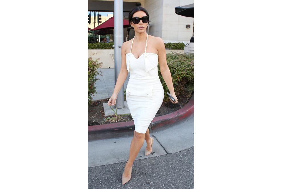Kim Kardashian escogió un 'total look' blanco para su despedida de...