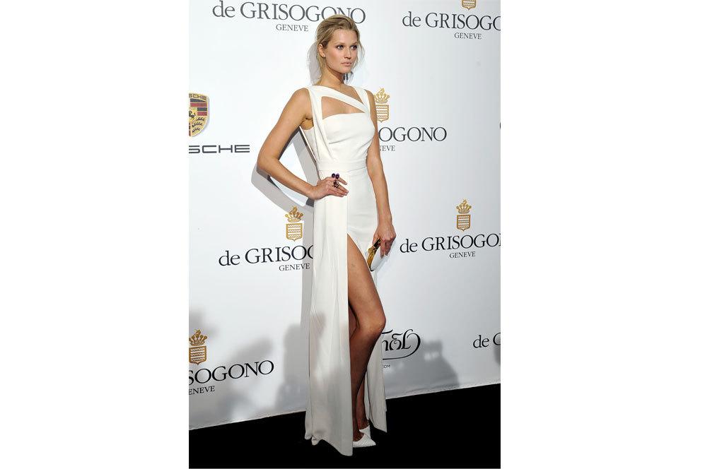 La modelo Toni Garrn con 'total look' blanco, con detalles dorados, en...