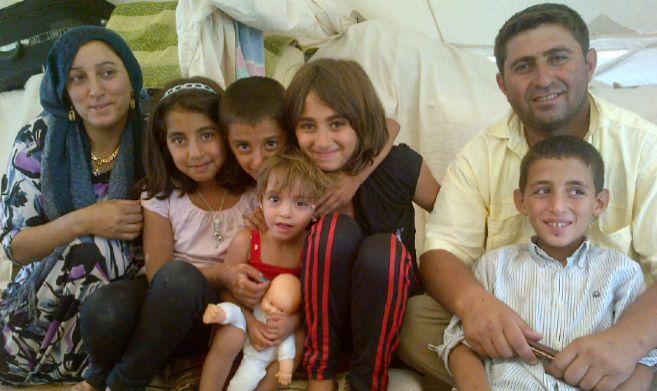Fatema, cuarta por la izquierda, con su familia en el campo de...