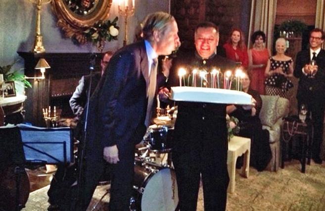 Michael S. Smith sopla las velas por su aniversario.