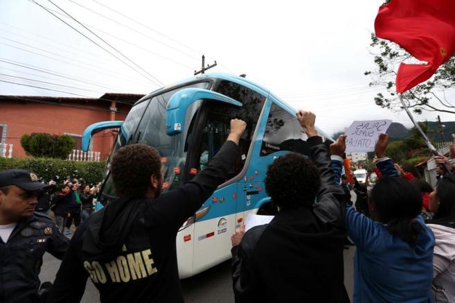 Los manifestantes protestan ante la llegada del autobús de la...