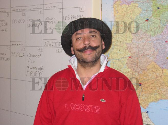 Álvaro Pérez 'El Bigotes' fotografíado delante de una...
