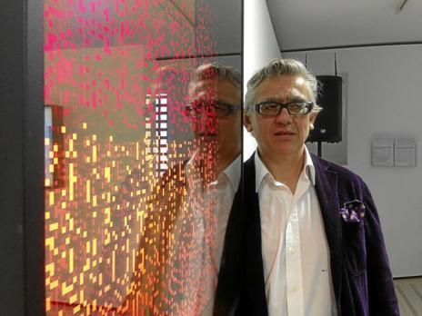 Miguel Chevalier delante del 'cuadro' 'Rouge infini'