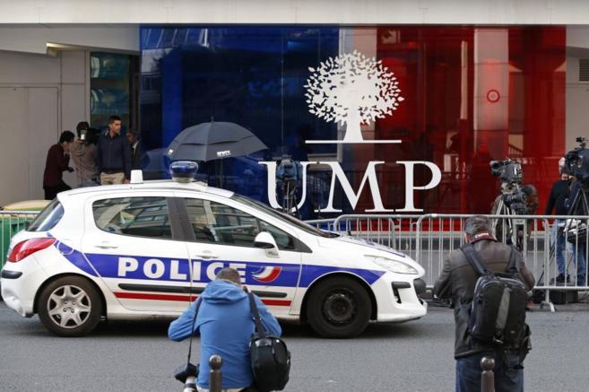 Un coche de policía ante la sede central del UMP de París