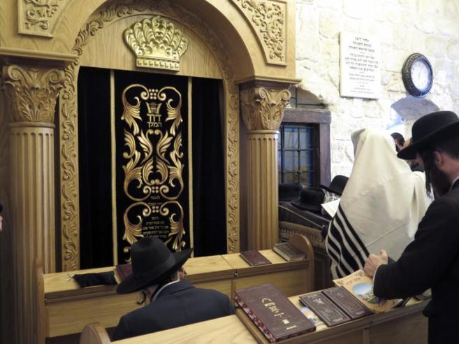 Ultraortodoxos judíos rezan en el interior de la tumba del rey David.