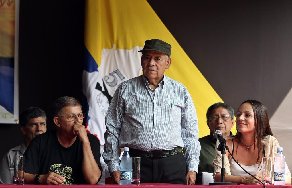 El comandante Miguel Pascuas (c), miembro fundador de las FARC, junto...