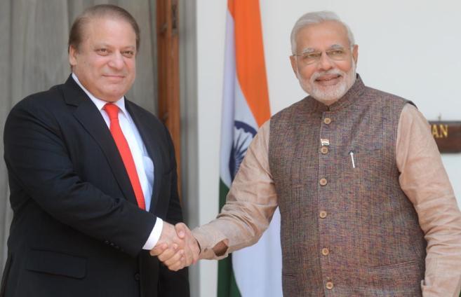 Nawaz Sharif, primer ministro paquistaní (dcha), y el nuevo primer...