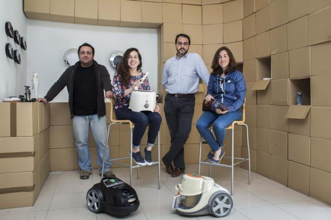 El equipo de Indigraf, en su sede de Valencia, con algunos de los...