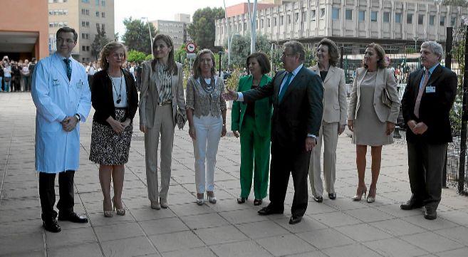 Doña Letizia, acompañada por el alcalde Zoido, durante su visita al...