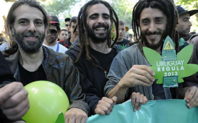 Manifestantes a favor del consumo de cannabis en Uruguay posan en la...