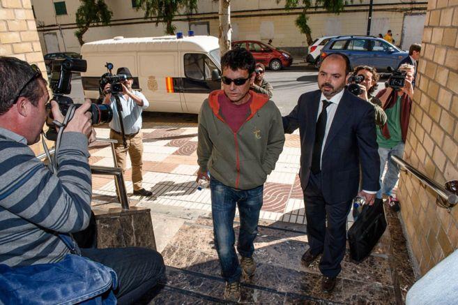 El apicultor a su llegada a los juzgados de Ibiza acusado de provocar...
