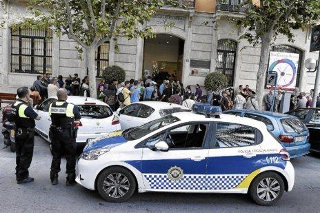 Policía Local en la puerta de la sede universitaria, antes de la...