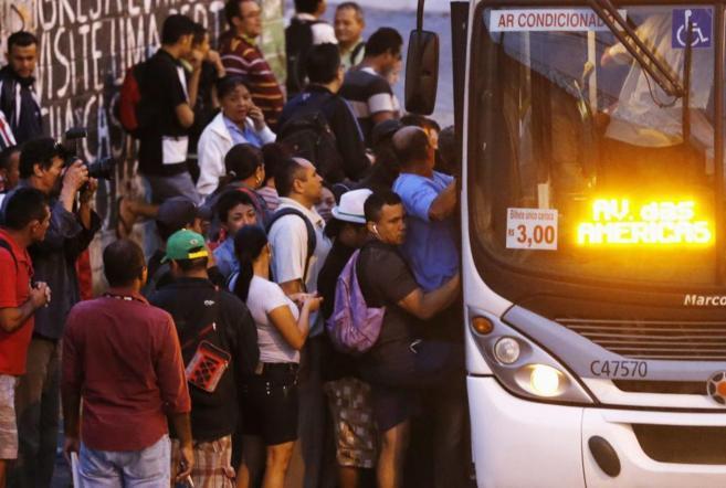 Varias personas suben a un autobús durante los paros convocados por...