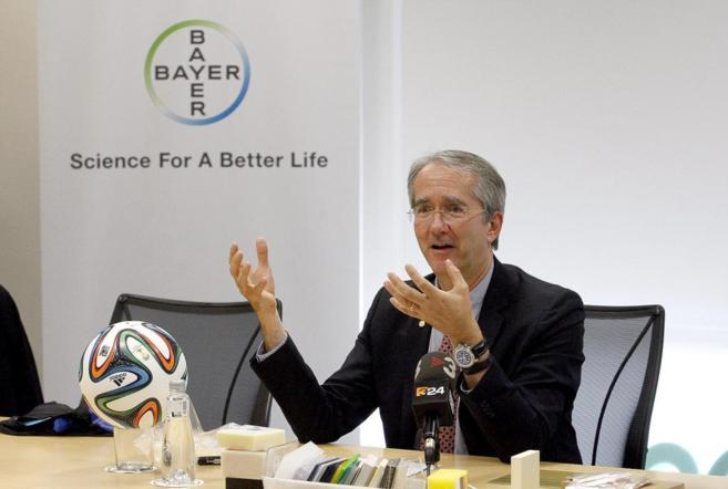 Patrick Thomas, CEO de Bayer MaterialScience, junto al balón del...
