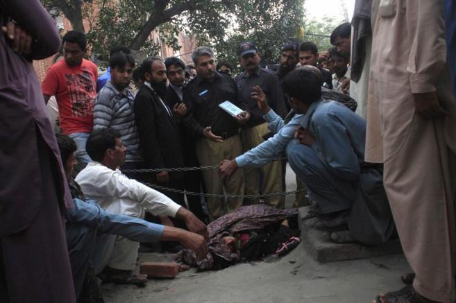 La policía recoge pruebas cerca del cuerpo de Farzana Iqbal, lapidada...