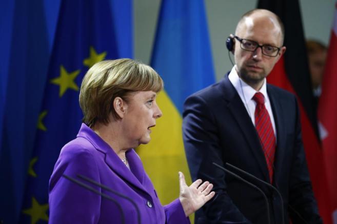La canciller alemana, Angela Merkel, junto al primer ministro...