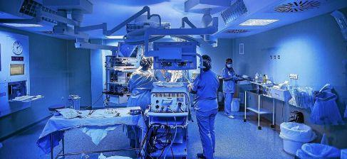 Varios médicos en el quirófano