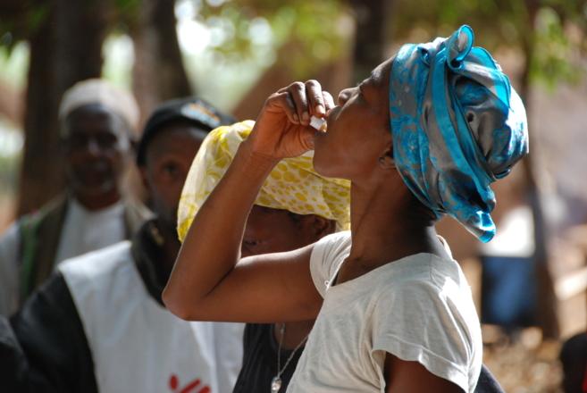 Una mujer toma una dosis de una de las vacunas orales frente al...