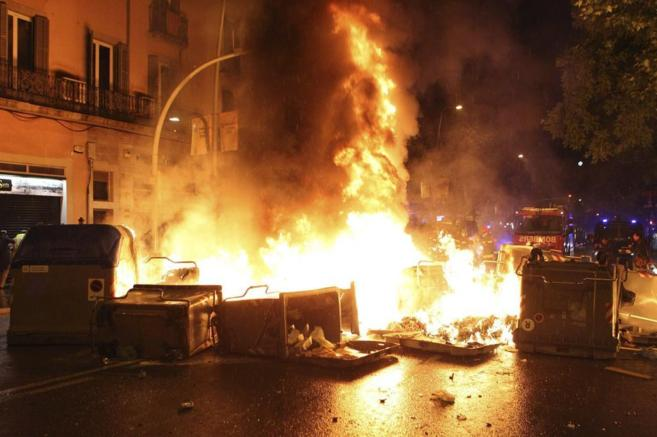 Arden contenedores en el barrio de Sants en los incidentes tras...