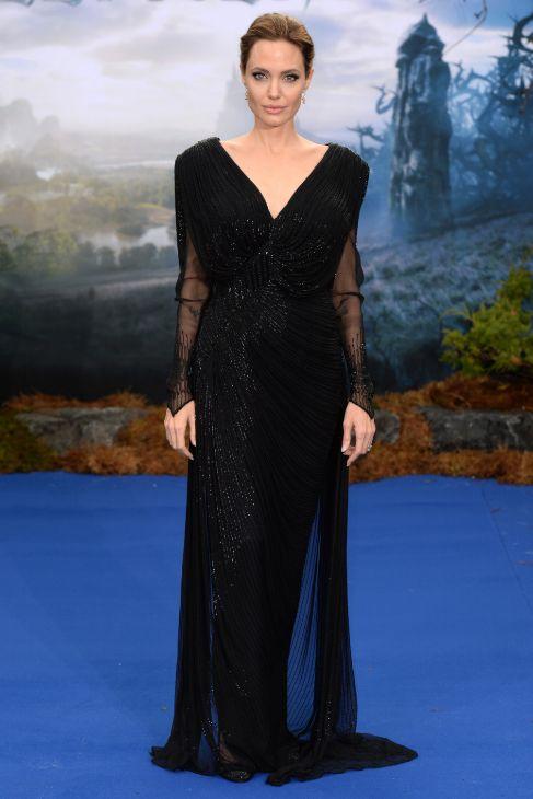 Angelia escogió un diseño en negro de nuevo de Atelier Versace con...