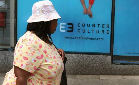 Una mujer con sobrepeso pasea por Johanesburgo