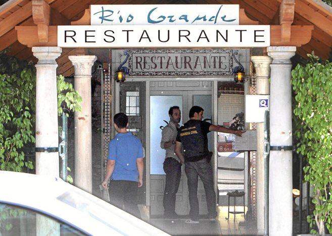 La Guardia Civil registra el restaurante Rio Grande de Sevilla.