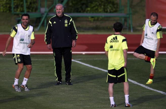 Iniesta durante un entrenamiento en la selección junto a Mata, Xavi y...