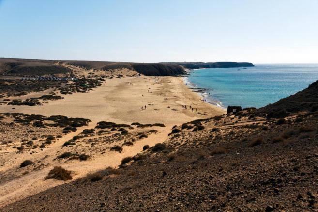 Imagen panorámica de la Playa del Papagayo, en Lanzarote.