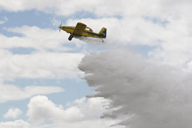 Una avioneta realiza una descarga durante la presentación hoy del...