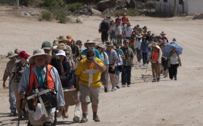 Una caminata recorre el recorrido de inmigrantes indocumentados por el...