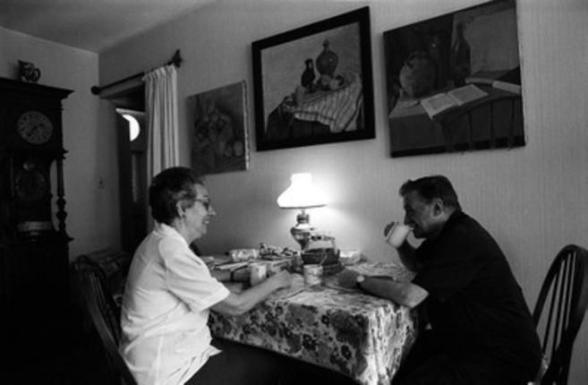 Mario, con su mujer Luz, en su casa.