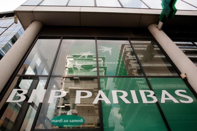 Fachada de una de las sucursales del banco BNP Paribas en París.