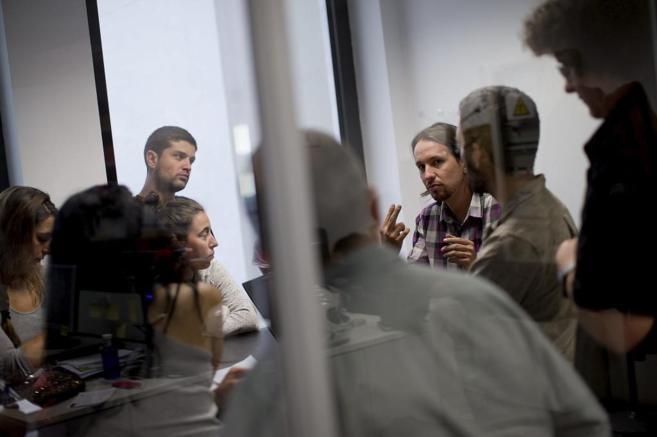 Pablo Iglesias, reunido con sus compañeros.