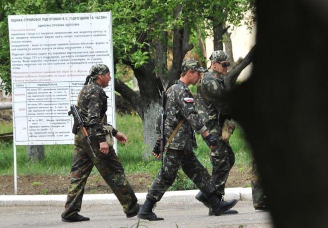 Milicianos prorrusos por las calles de la ciudad ucraniana de Lugansk.