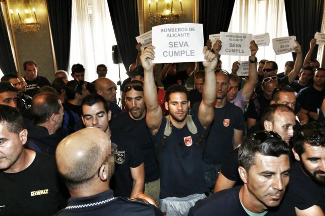 Bomberos de Alicante irrumpen en el Pleno ante la indiferencia de Seva