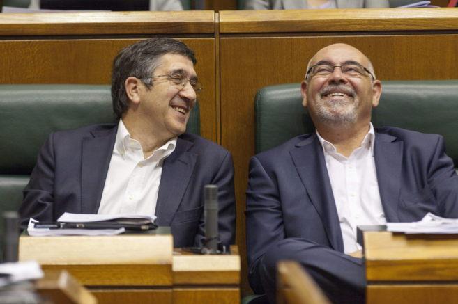 Patxi López con José Antonio Pastor, hoy en el Parlamento Vasco.