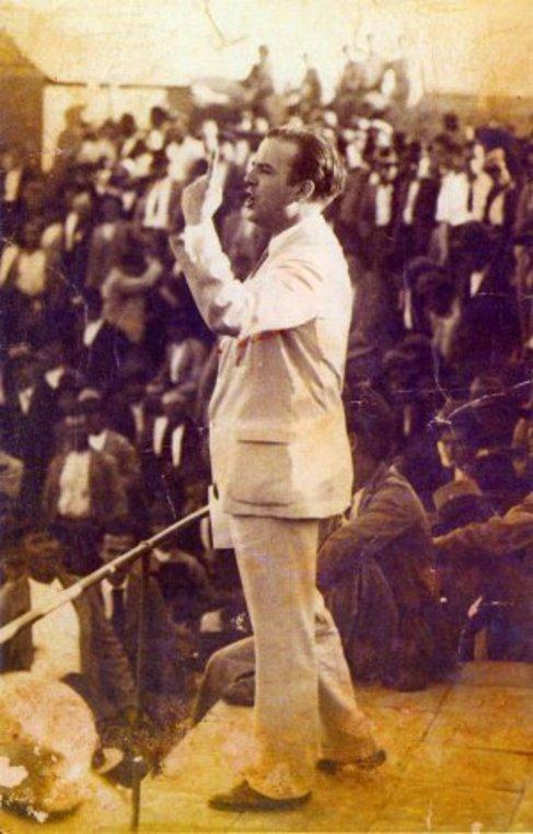 José María Hinojosa, en julio de 1936, en una asamblea de...