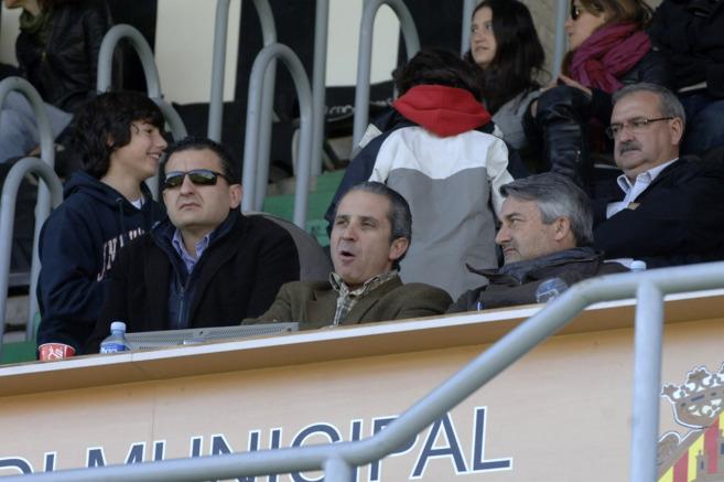 Álvaro Rodríguez-Hesles, junto a Miguel Ángel Ludeña, en el palco...