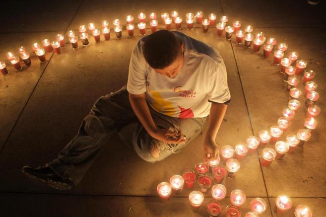 Velas en honor a las personas portadoras y fallecidas por VIH (en San...