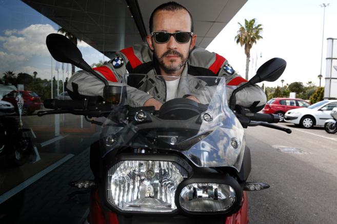 Jorge Zanoletty sobre la motocicleta con la que recorrerá los 100.000...